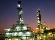 gaz résiduel d'incinérateur dans la centrale pétrochimique au crépuscule image libre de droits