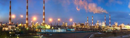 Gaz-traitement d'une usine en soirée Photographie stock libre de droits