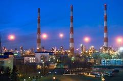 Gaz-traitement d'une usine en soirée Photo libre de droits