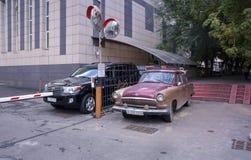 GAZ-21 und LC-200 Stockbild