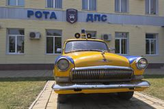 GAZ-21 ` Volga ` samochód policyjny blisko budynku DPS firma w ugodzie Dzhemete, Anapa Obraz Royalty Free