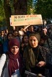 Gaza: Stoppa massakerprotesten samlar i Whitehall, London, UK royaltyfri bild