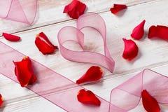 Gaze en forme de coeur d'organza et Rose Petals fraîche Photos stock
