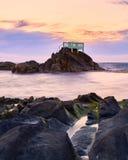 Gazebo über den Felsen am Ende des Strandes lizenzfreie stockfotos