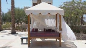Gazebo łóżko w ogródzie zdjęcie wideo