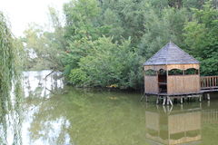 Gazebo από τη λίμνη Στοκ φωτογραφία με δικαίωμα ελεύθερης χρήσης