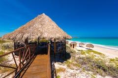 Gazebo και γέφυρα στον αμμώδη παράδεισο Playa παραλιών του νησιού Cayo βραδύτατου, Κούβα Διάστημα αντιγράφων για το κείμενο Στοκ εικόνες με δικαίωμα ελεύθερης χρήσης