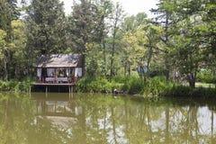 Gazebo κοντά στο νερό στη λίμνη Divnoe εστιατορίων πάρκων Στοκ Φωτογραφίες