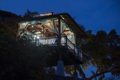 Gazebo μασάζ που αγνοεί τη νύχτα τη θάλασσα Δωμάτιο μασάζ SPA στην παραλία, Ταϊλάνδη Στοκ εικόνα με δικαίωμα ελεύθερης χρήσης