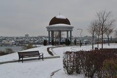 Gazebo με τη χιονώδη πόλη στοκ εικόνες