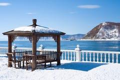 Gazebo στην ξεπαγωμένη πηγή του ποταμού Angara από τη λίμνη Baikal Μάρτιος στοκ εικόνες με δικαίωμα ελεύθερης χρήσης