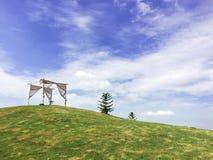 Gazebo στον πράσινο λόφο στοκ εικόνα