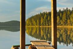 Gazebo στο νερό στις εθνικές μπλε λίμνες ` πάρκων ` στη Λευκορωσία στο χρόνο φθινοπώρου Στοκ φωτογραφίες με δικαίωμα ελεύθερης χρήσης