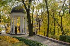Gazebo в парке осени Стоковые Изображения