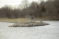 Gazebo al bordo dell'acqua immagini stock libere da diritti