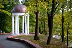 Gazebo blanco en el parque de la ciudad fotografía de archivo
