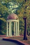 Gazebo blanco en el parque de la ciudad fotos de archivo libres de regalías