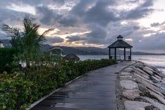 Gazebo/Cabana på strandpromenad på den härliga tropiska östranden arkivbilder