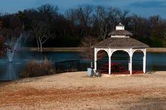Gazebo cerca de una fuente en el invierno Fotografía de archivo libre de regalías