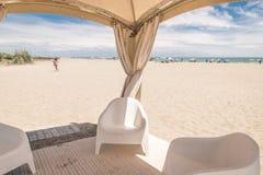 Gazebo con las sillas blancas en la playa Imagen de archivo libre de regalías