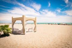 Gazebo con las sillas blancas en la playa Imagenes de archivo