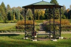 Gazebo in de de herfst botanische tuin Royalty-vrije Stock Afbeeldingen