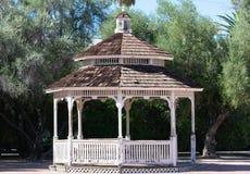 Gazebo de madera con la cubierta caminada del tejado con las tablas del cedro imagen de archivo libre de regalías