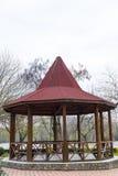 Gazebo de madera en el parque Fotografía de archivo libre de regalías