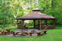 Gazebo de madera en parques de la primavera fotografía de archivo libre de regalías