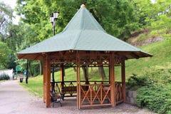 Gazebo de madera de la estructura, en un parque del jardín foto de archivo
