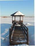 Gazebo de madera por el río en el invierno Imagen de archivo