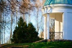 Gazebo de piedra blanco en el parque del verano Foto de archivo libre de regalías