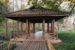 Gazebo del camino de madera y del chino tradicional Foto de archivo libre de regalías