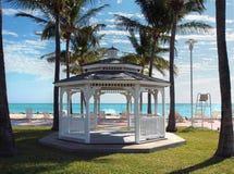 Gazebo di cerimonia nuziale su una spiaggia tropicale Immagini Stock