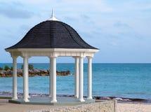 Gazebo di cerimonia nuziale su una spiaggia tropicale Immagini Stock Libere da Diritti