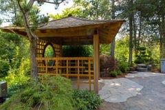 Gazebo di legno al giardino del giapponese dell'isola di Tsuru Immagini Stock