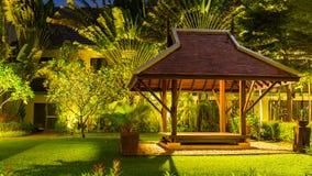 Gazebo di legno nell'hotel sulla spiaggia di Karon, isola di Phuket, Tailandia Fotografia Stock