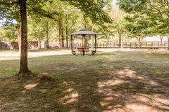 Gazebo di legno in un parco pubblico Immagini Stock