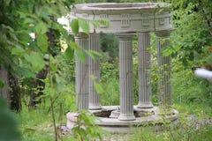 Gazebo di marmo bianco nel parco Fotografie Stock Libere da Diritti