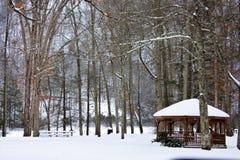 Gazebo di Snowy nel parco Fotografie Stock