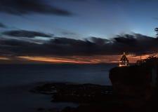 Gazebo di tramonto su una scogliera che trascura l'oceano Immagini Stock
