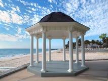 Gazebo do casamento em uma praia tropical Fotografia de Stock