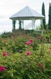Gazebo do jardim de rosas imagens de stock
