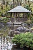 Gazebo in einem japanischen traditionellen Garten Stockbild