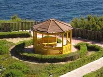 Gazebo in einem Park durch das Meer lizenzfreie stockbilder