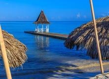 Gazebo en el embarcadero de la playa, Montego Bay Jamaica foto de archivo