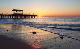 gazebo en el embarcadero de madera en el mar con el sol en la puesta del sol Fotos de archivo