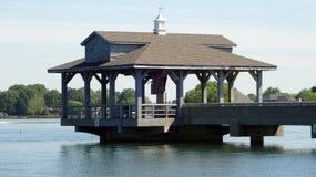 Gazebo en el embarcadero en el normando del lago, Carolina del Norte Imagenes de archivo