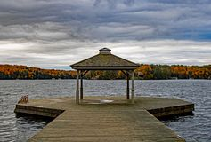 Gazebo en el extremo de Pier On Lake Rosseau fotos de archivo