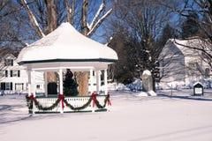 Gazebo en escena de las vacaciones de invierno del pueblo Foto de archivo libre de regalías